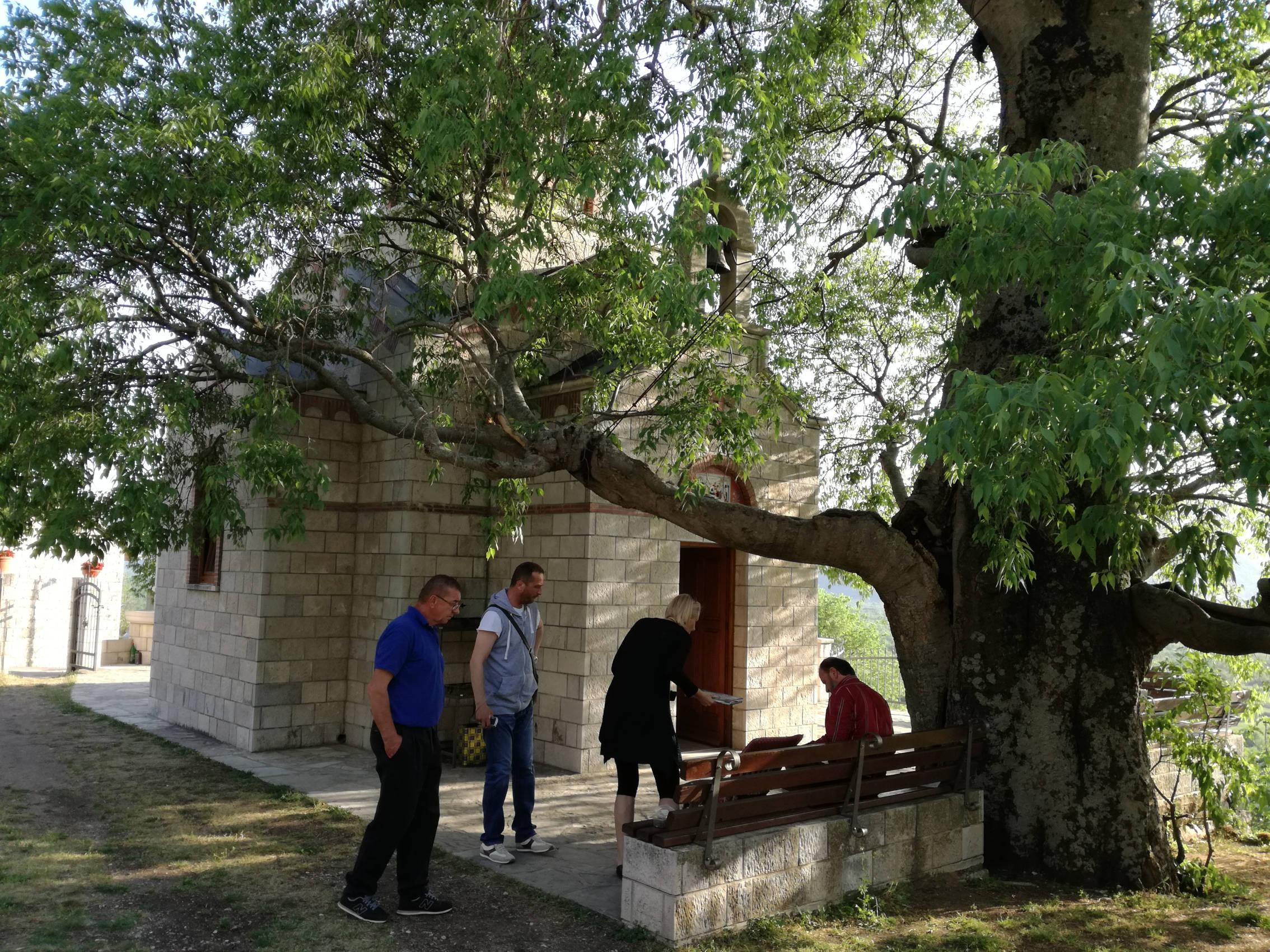 Go to Mrkonjići: ispod starog košćela