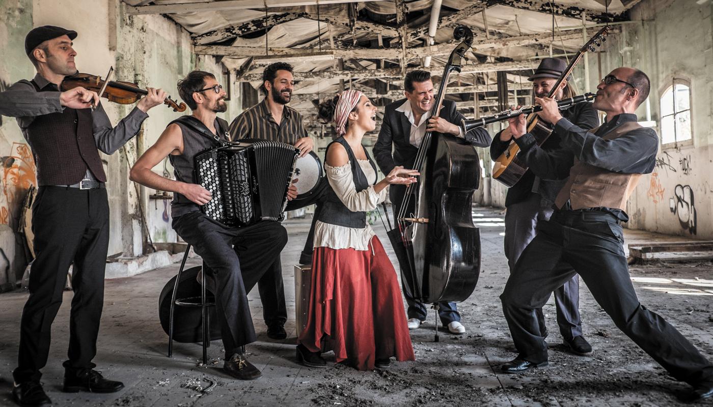 Go to Барселона Џипси Балкан оркестар одушевљава Европљане нашом музиком