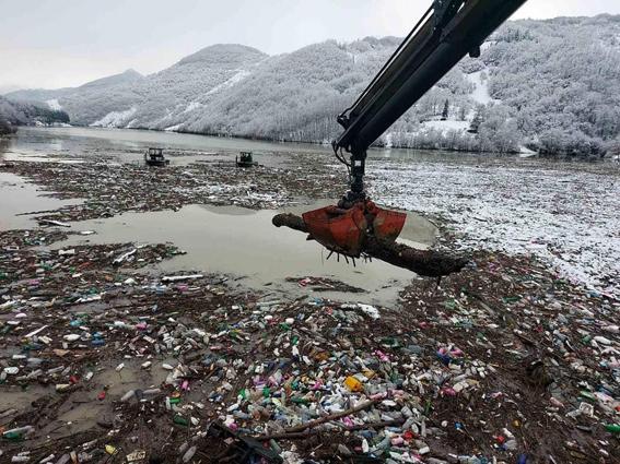 Go to КАКО ЗАШТИТИ РЕКУ ЛИМ <br> Отпад задржавају плутајуће бране