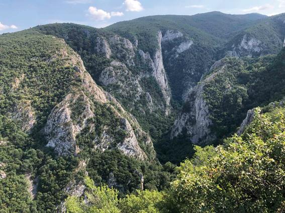 Go to ЧАРОЛИЈА ИСТОЧНЕ СРБИЈЕ <br> Пећине, кањони, кршеви и врхови